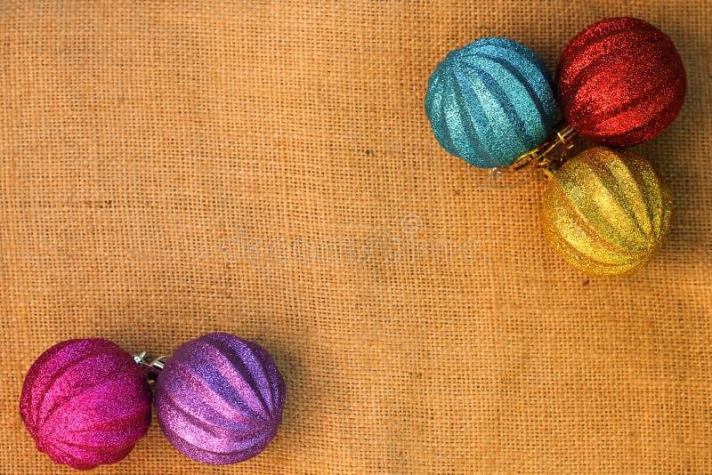 Boules de décorations de Noël sur des sacs à fond photos stock
