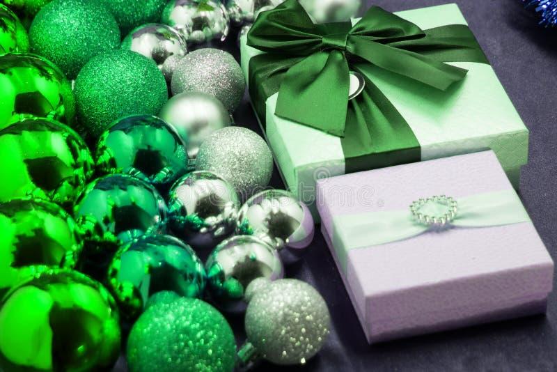 Boules de fête de Noël dans différentes textures et cadeaux photographie stock libre de droits