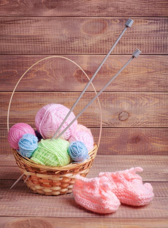 Boules de fil pour le tricotage photographie stock libre de droits