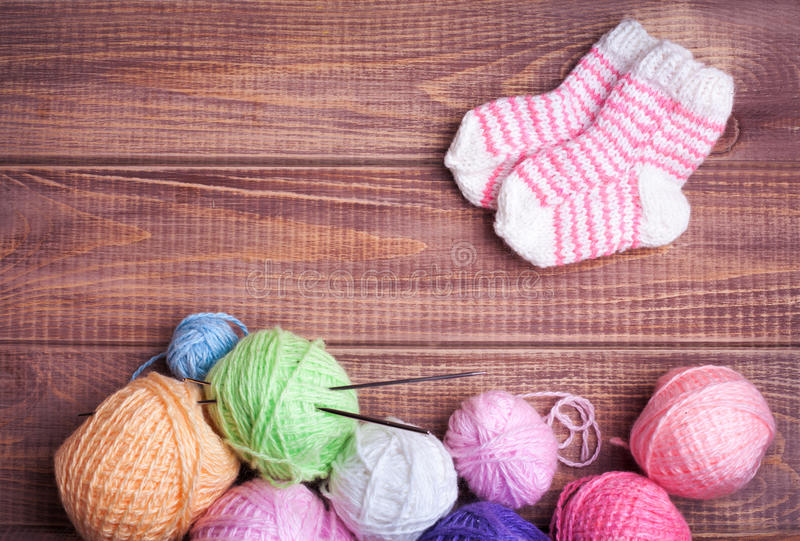 Boules de fil pour le tricotage photographie stock