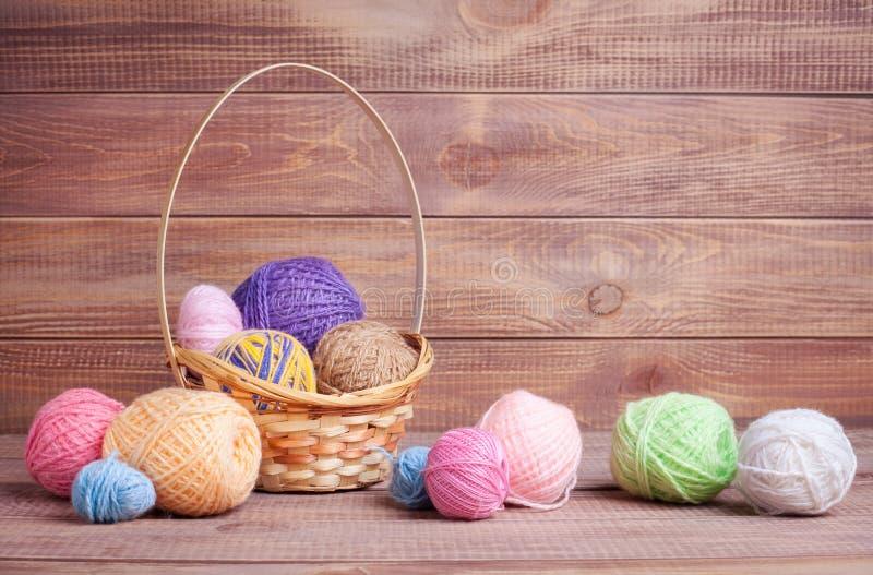 Boules de fil pour le tricotage image stock