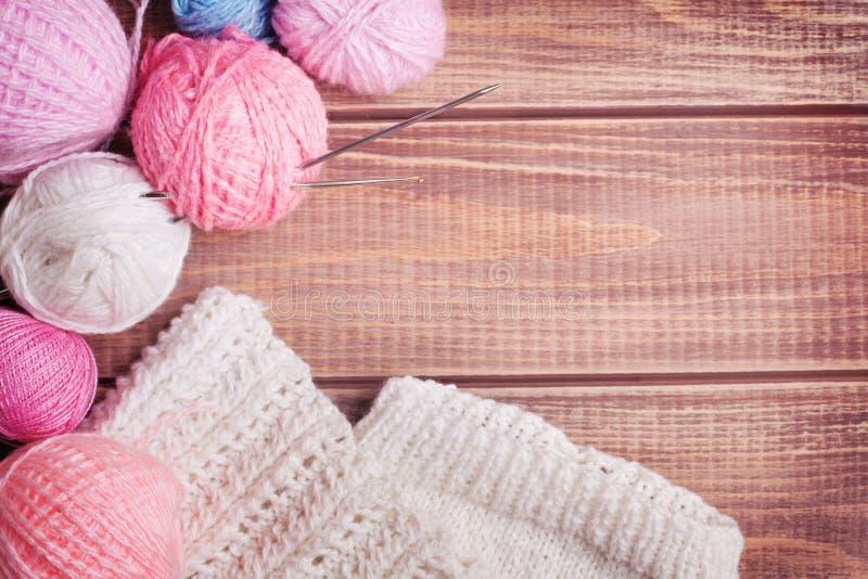Boules de fil pour le tricotage images libres de droits
