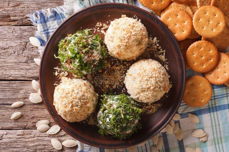 Boules de fromage blanc avec des clos de biscuits, d'herbes et de graines de citrouille photo libre de droits