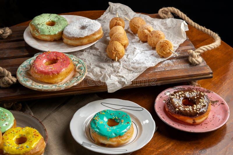 Boules de fromage blanc et donutts sur les brochettes en bois, mensonge sur le métier paper-2 photographie stock libre de droits