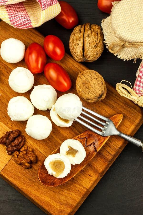Boules de fromage remplies de la confiture de figue Fromage frais sur le conseil en bois D?licatesse douce image libre de droits