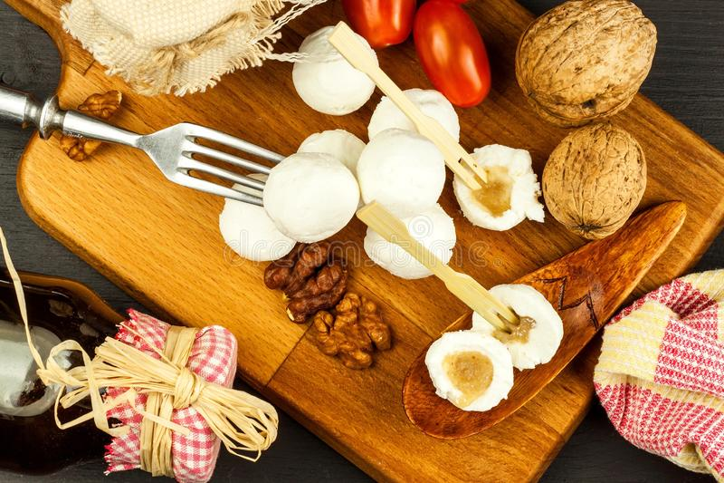 Boules de fromage remplies de la confiture de figue Fromage frais sur le conseil en bois D?licatesse douce photo stock