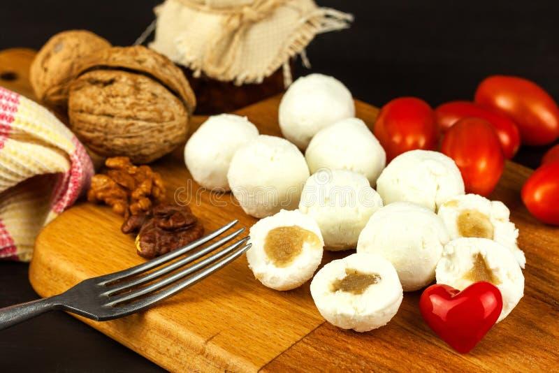 Boules de fromage remplies de la confiture de figue Fromage frais sur le conseil en bois D?licatesse douce photographie stock libre de droits