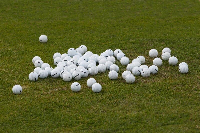 Boules de golf assorties sur l'herbe verte image stock