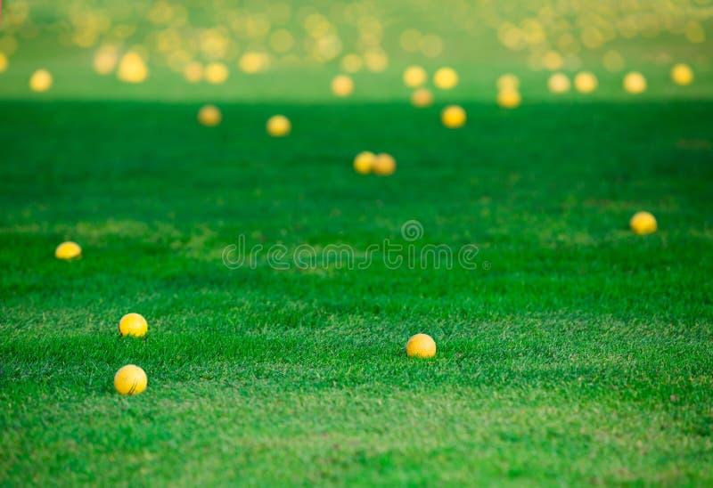 Boules de golf dispersées autour du cours après jeu photographie stock