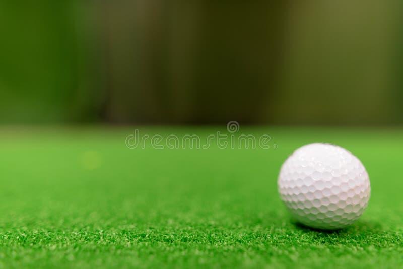 Boules de golf sur la surface verte image libre de droits