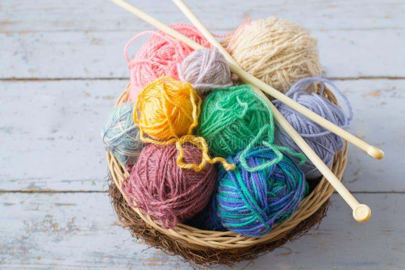 Boules de laine dans le panier photographie stock libre de droits