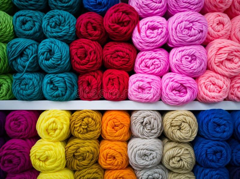 Boules de laine de différentes couleurs photographie stock