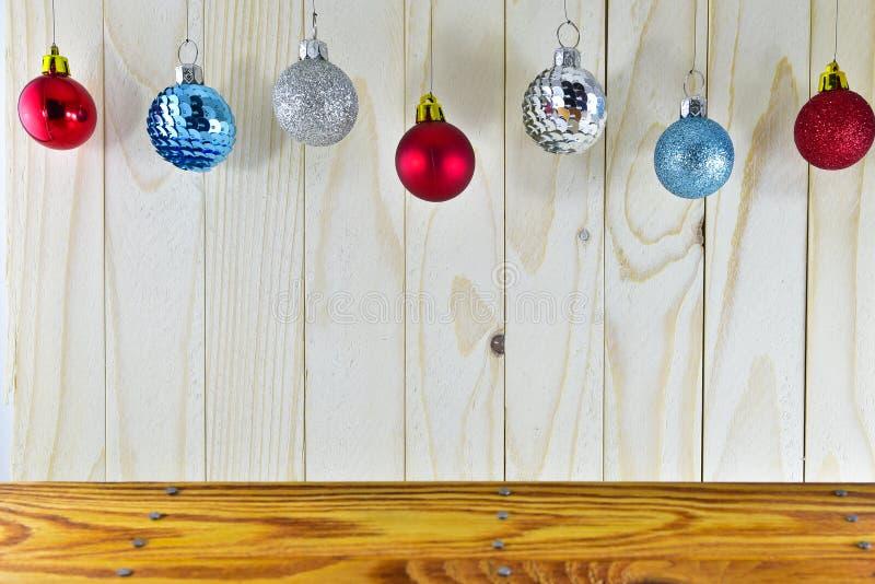 Boules de Noël accrochant sur la table en bois image libre de droits