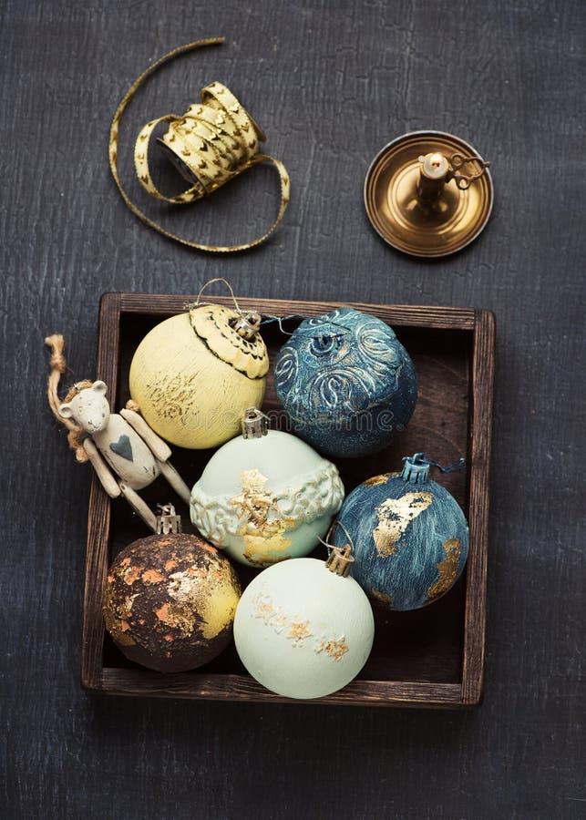 Boules de Noël de cru et décorations de Noël photo stock