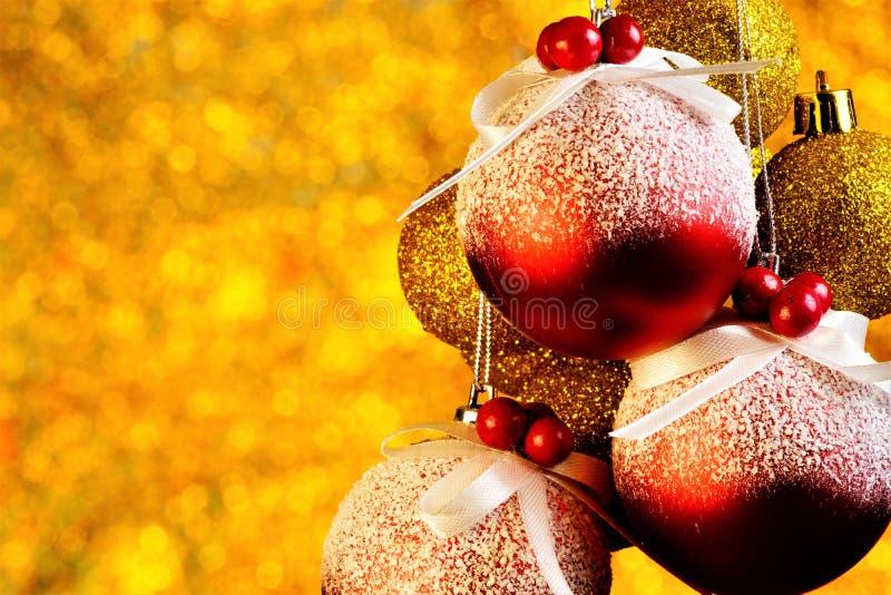 Boules de Noël décorées d'un fond d'or avec les lumières lumineuses de bokeh images stock