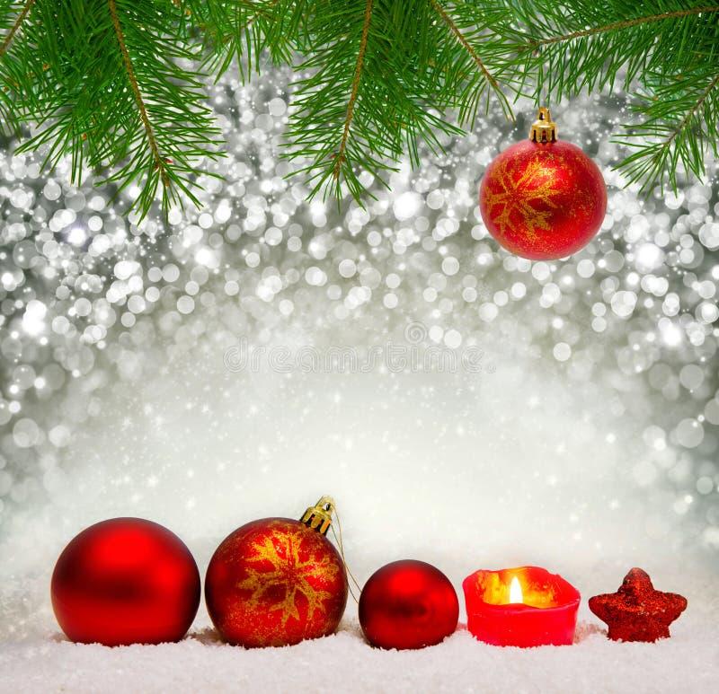 Boules de Noël et bougie rouges d'avènement photo libre de droits