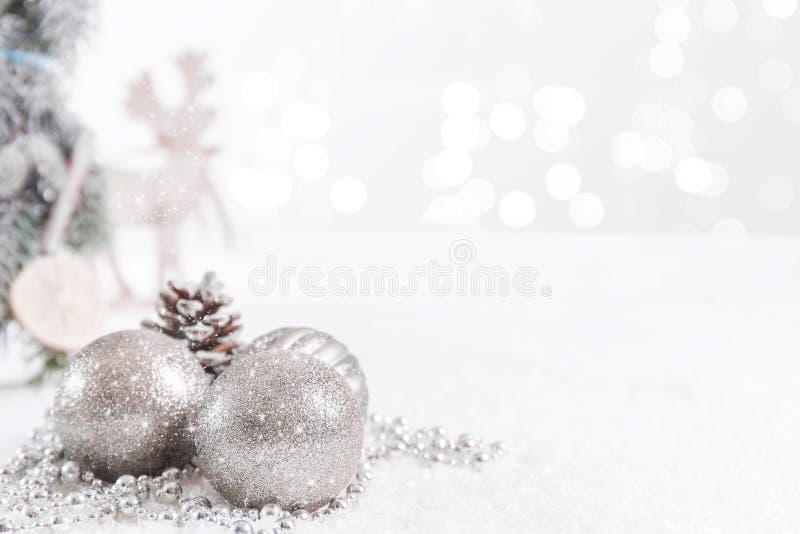 Boules de Noël et branches de sapin avec des étoiles et un renne sur un fond brouillé photo stock