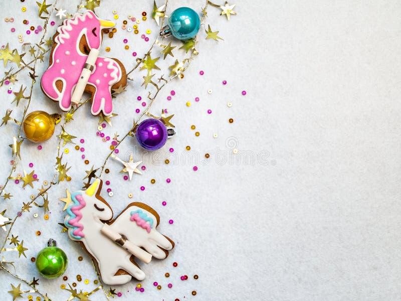 Boules de Noël et figurines multicolores de licorne sur un t blanc photos stock
