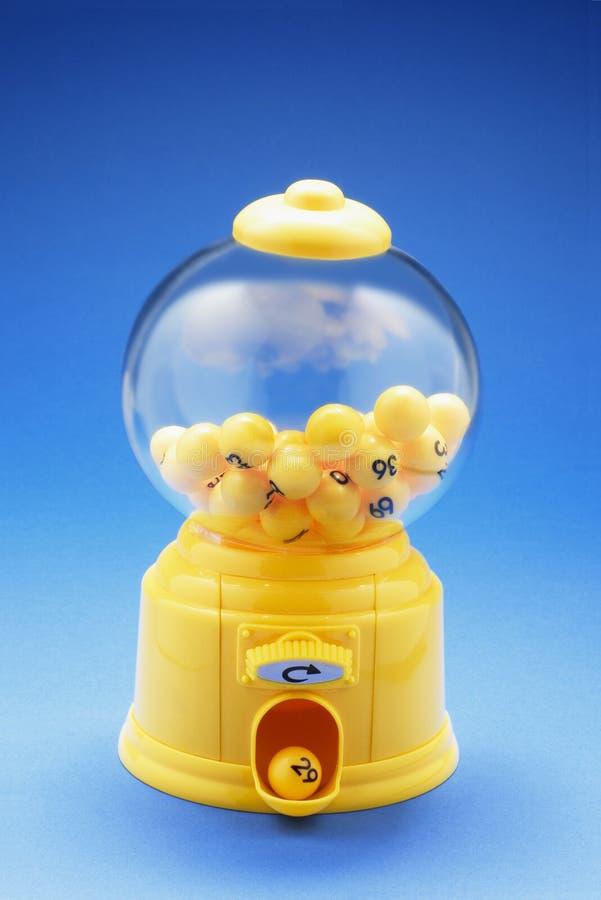 Boules de nombre de loterie dans la machine de Bubblegum photographie stock