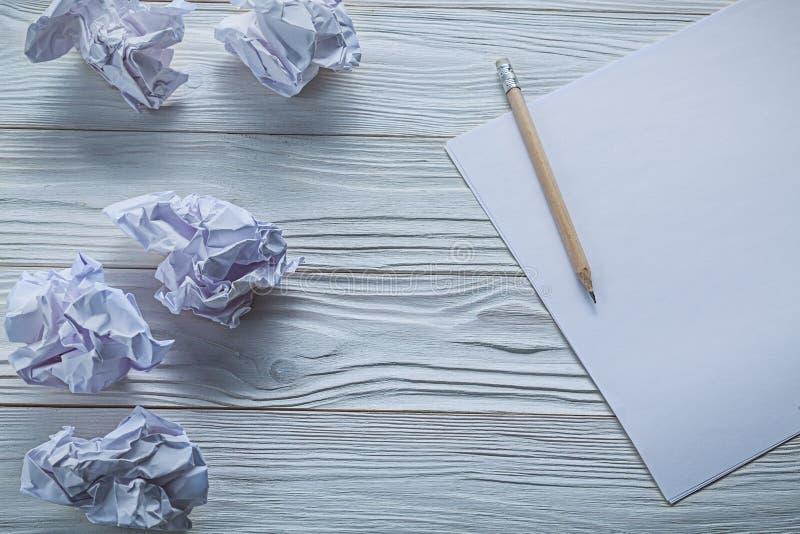 Boules de papier chiffonnées et crayon sur des feuilles de papier image libre de droits