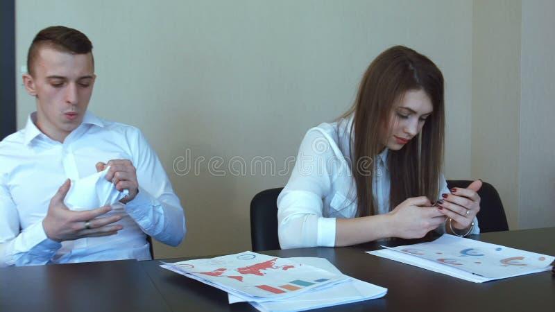 Boules de papier de lancement de jeune homme d'affaires bel banque de vidéos