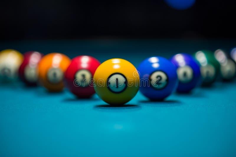 Boules de piscine sur la table de billard photos libres de droits
