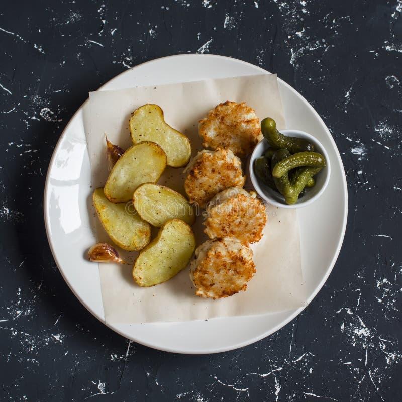 Boules de poissons et pommes de terre cuites au four de plat léger photographie stock libre de droits