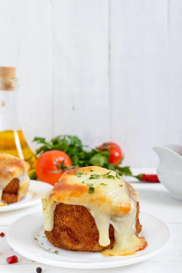 Boules de pomme de terre avec de la viande hachée dans à immersion, cuit au four avec du mozzarella photo libre de droits