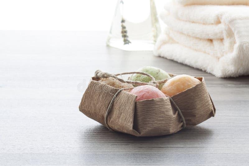 Boules de savon avec des serviettes images libres de droits