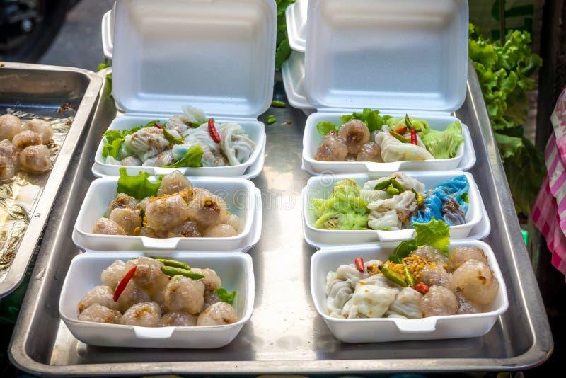 Boules de tapioca avec le remplissage de porc et les boulettes cuites à la vapeur de riz-peau image stock