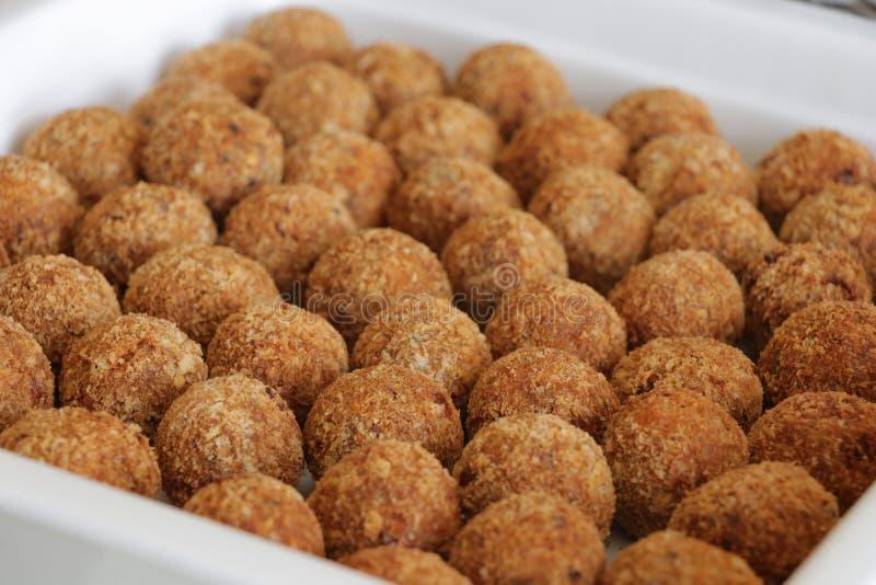 Boules de viande cuites à la friteuse photos stock