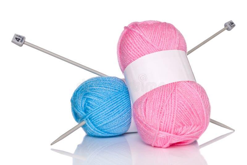 Boules des aiguilles de laine et de tricotage.