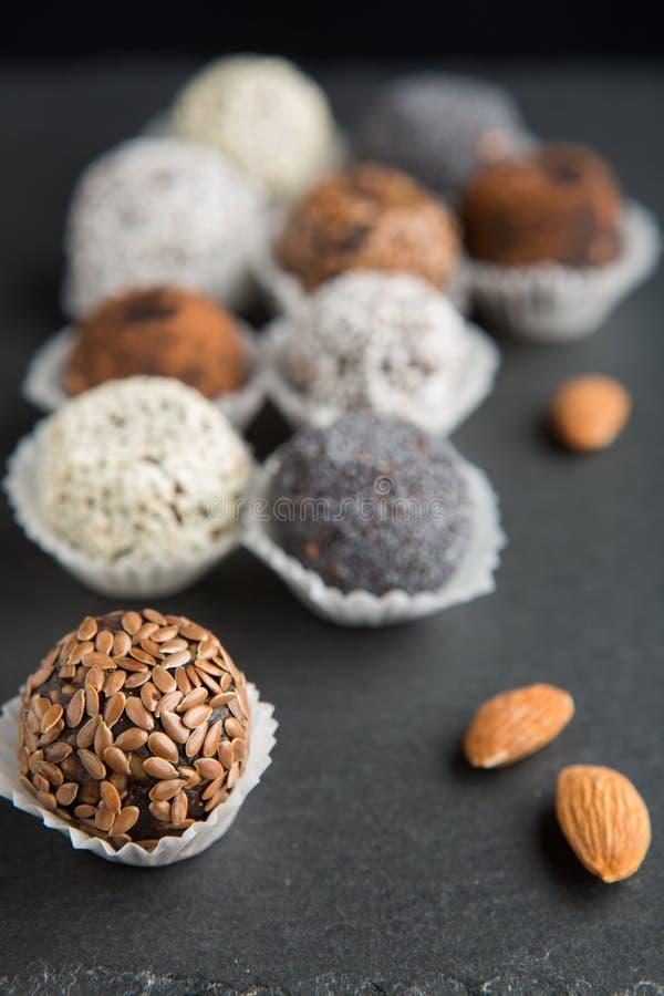 Boules douces de cocao de vegan cru photographie stock libre de droits