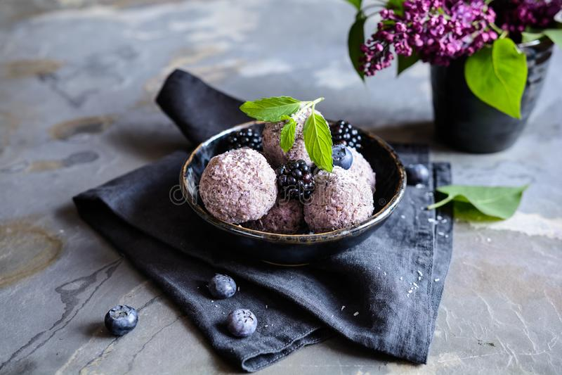 Boules douces de graine de chia avec la purée de myrtille et de mûre photographie stock