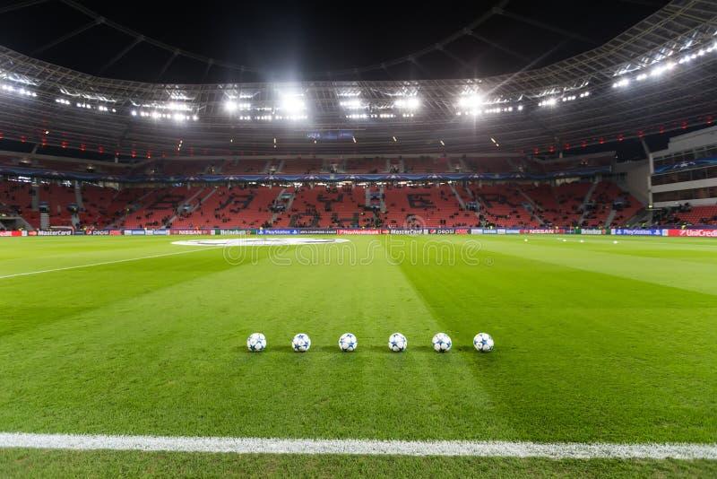Boules du football de ligue de champions dans le domaine avant le match de photographie stock libre de droits