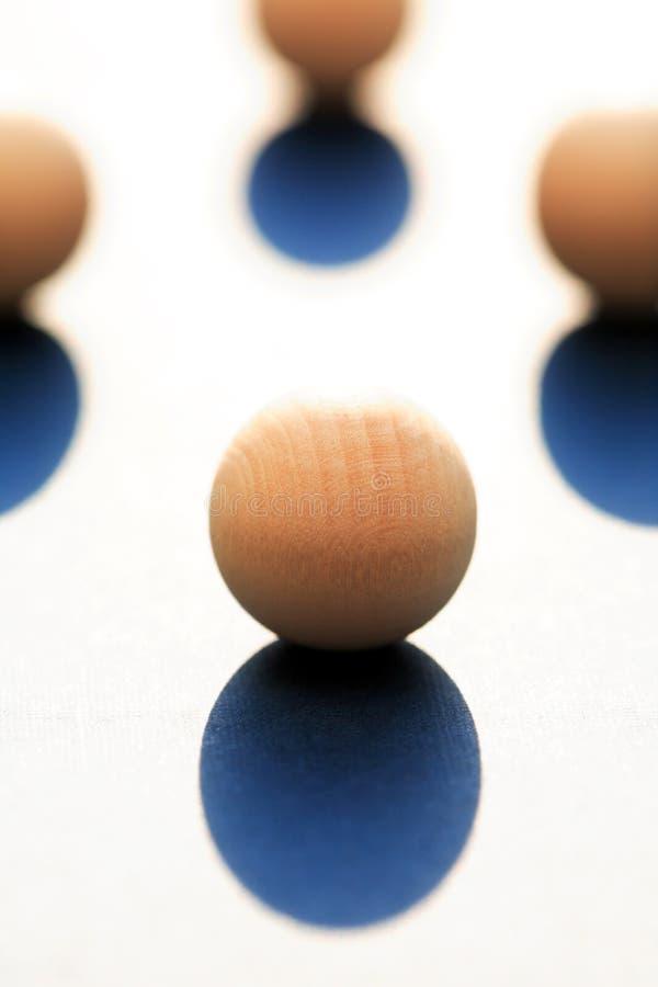 Boules en bois avec l'ombre image stock