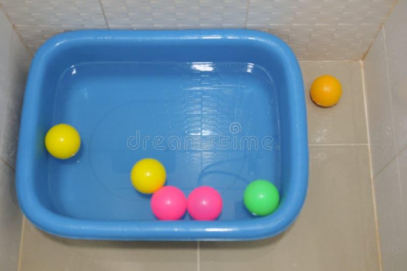 Boules en plastique colorées multi sur le bassin en plastique photos stock