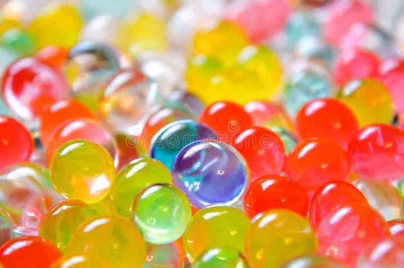 Boules en plastique humides colorées photographie stock