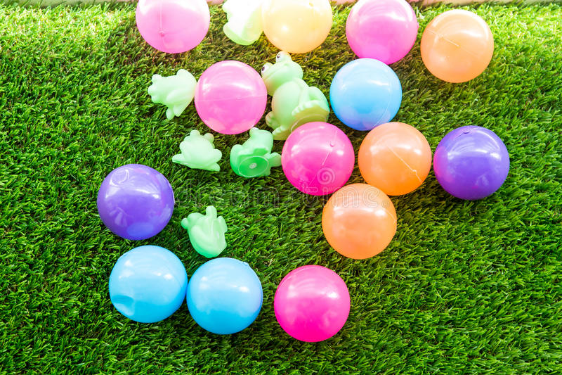 Boules en plastique multicolores pour le développement de étude des enfants photo stock