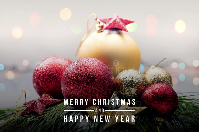 Boules et étoiles de Noël pour célébrer le Joyeux Noël et la bonne année sur la neige images libres de droits
