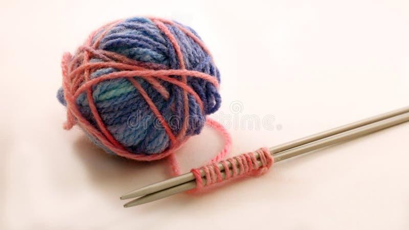 Boules et aiguilles de tricotage de laine photos stock