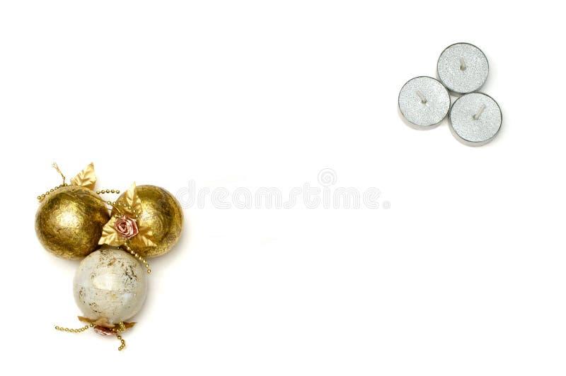 Boules et bougies d'arbre de Noël avec la carte de voeux photographie stock
