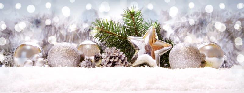 Boules et décoration argentées de Noël sur la neige images libres de droits