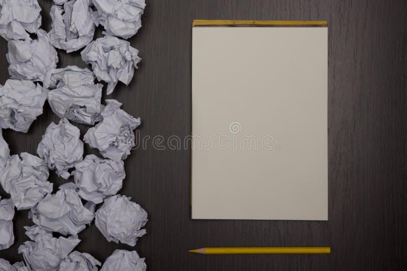 Boules et page de papier blanche de papier chiffonnées avec le crayon sur le fond noir Bouchon de papier liasses de papier de feu photos libres de droits