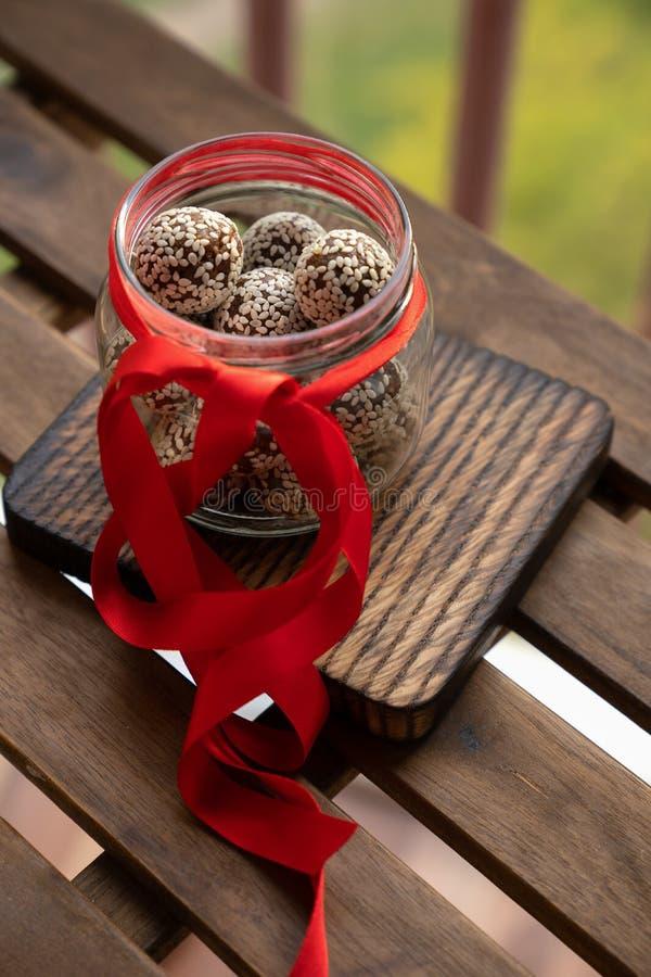 Boules faites maison saines d'énergie avec des canneberges, des écrous, des dates et l'avoine roulée sur le parchemin, horizontal photo stock