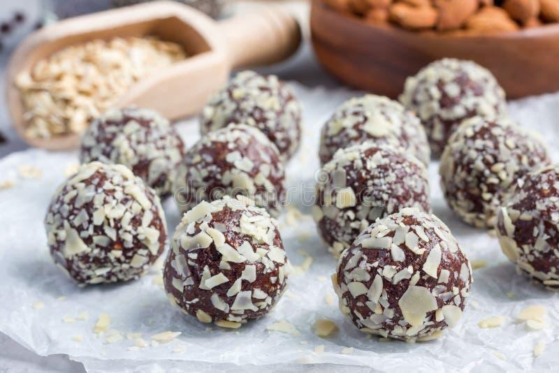 Boules faites maison saines d'énergie de chocolat de paleo sur le parchemin, horizontal images stock