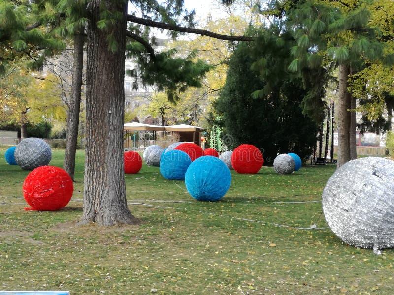 Boules géantes d'hiver de couleur images stock