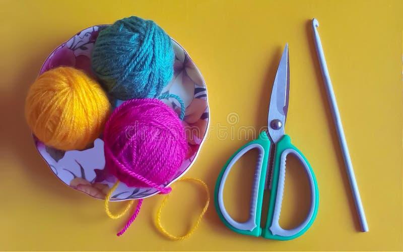 Boules multicolores de fil à tricoter photo stock