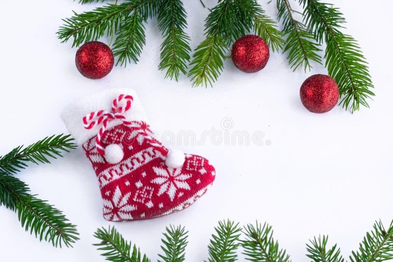 Boules rouges de chaussette et de décoration de Noël sur le fond blanc, ATF photos libres de droits