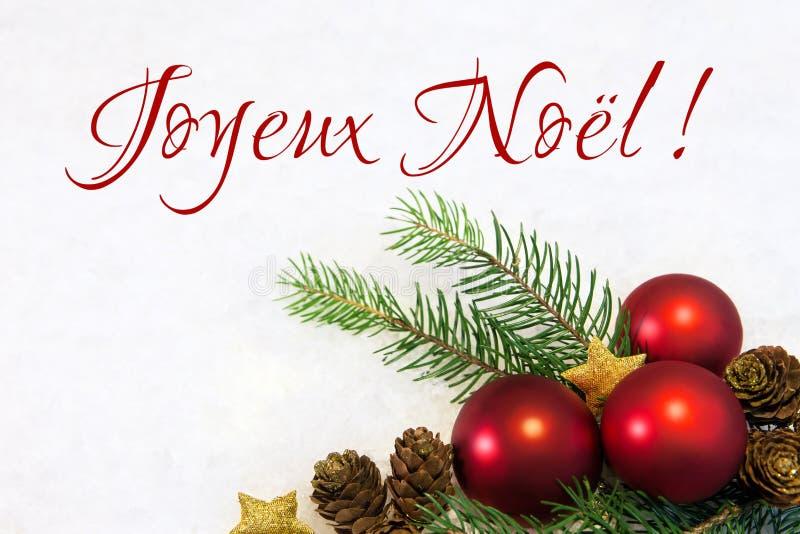 Boules rouges de Noël sur le fond neigeux images libres de droits